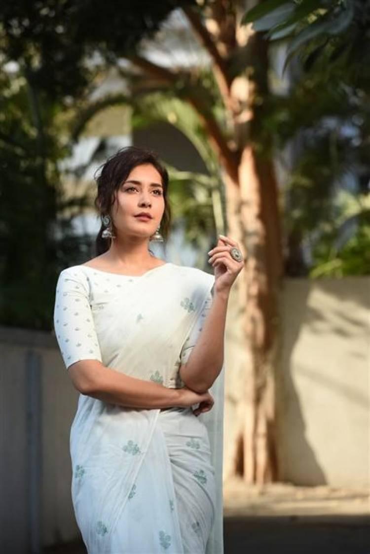 Actess Raashi Khanna Latest Stills