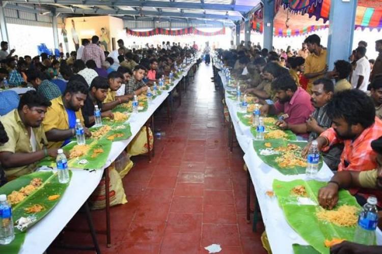 ஆட்டோ ஓட்டும் தொழிலாளர்களுக்கு விருந்து கொடுத்த தளபதி விஜய் !