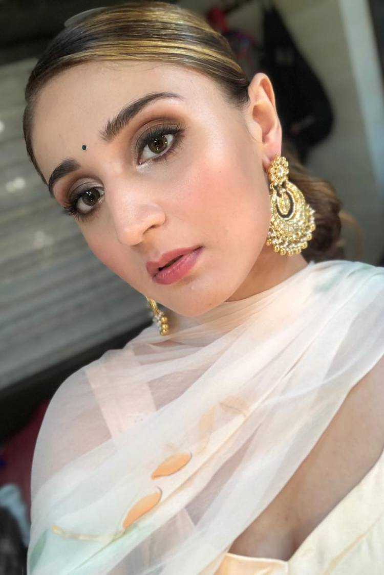 Dhvani Bhanushali looks breath-taking in her beautiful ensemble for Umang 2020