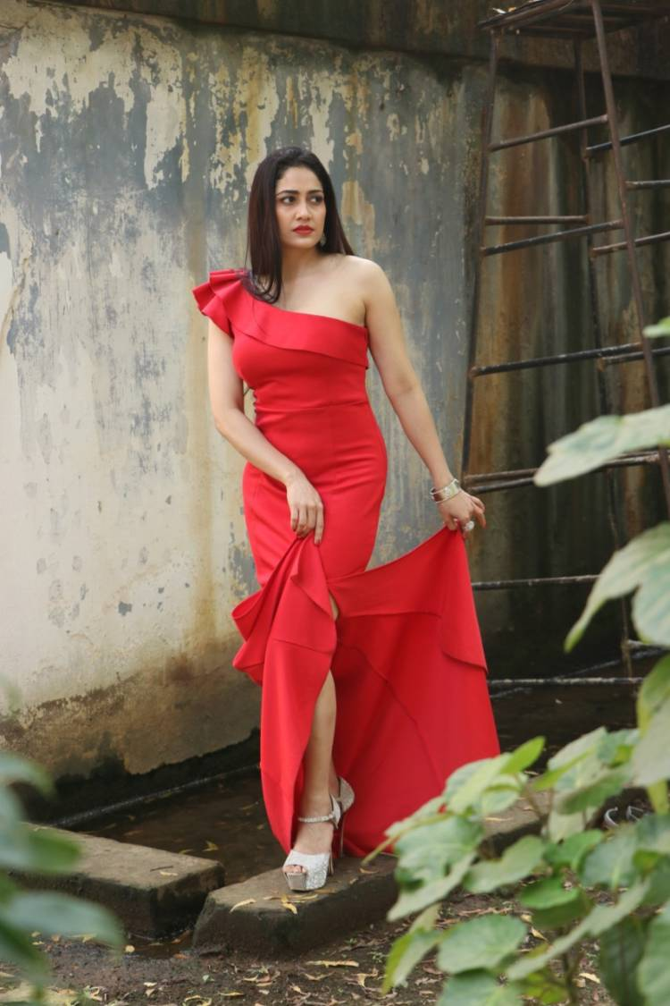 Actress komalSharma looks stunning in these pictures from her recent photoshoot!