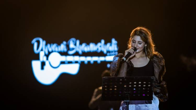 Dhvani Bhanushali shares sensational pictures from her performance at St.Xavier's University!