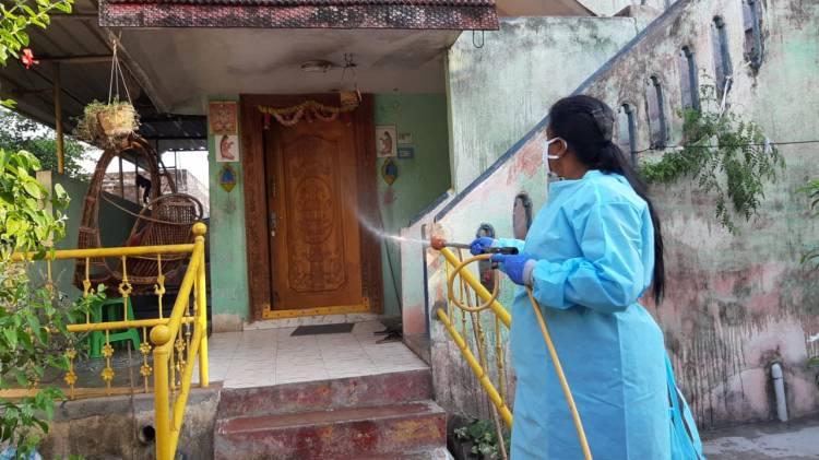 சட்டமன்ற உறுப்பினர் திருமதி.ரோஜா நகரி தொகுதியில் கிருமிநாசினி தெளித்தார்