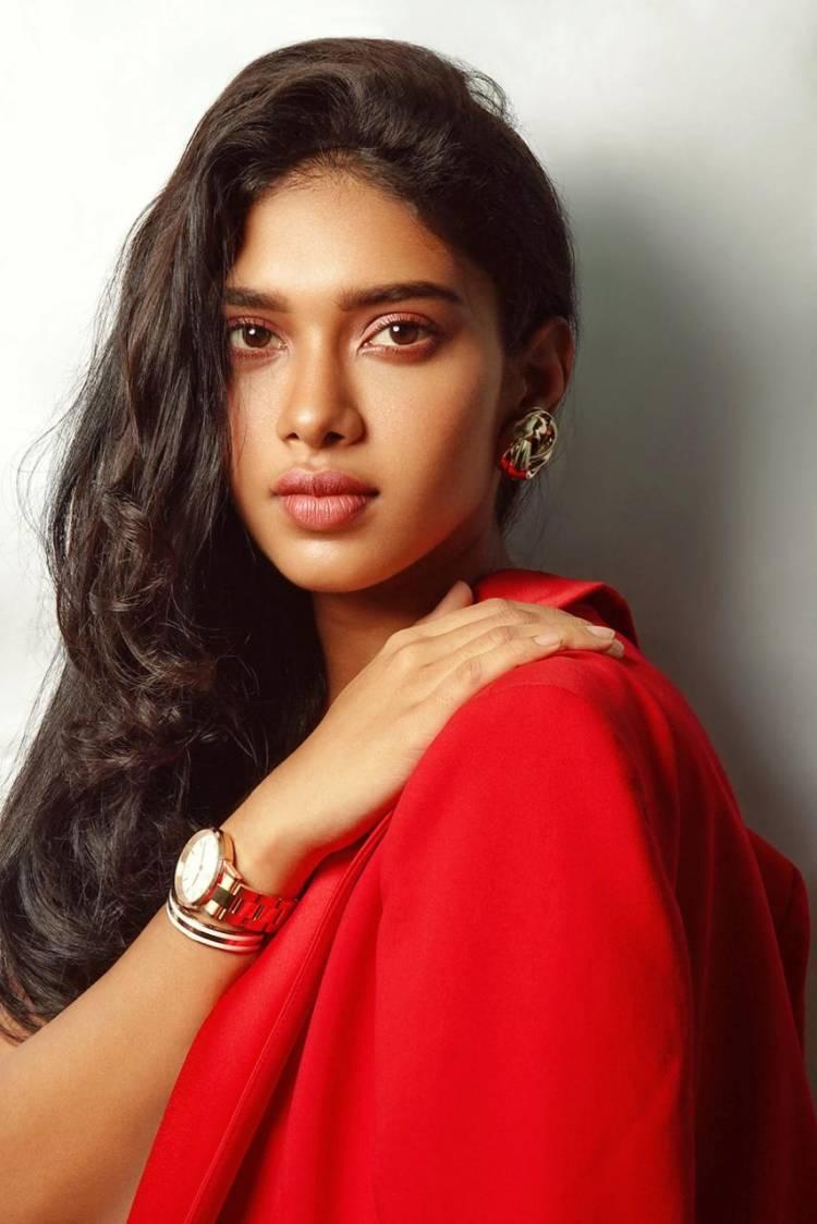 Ravishing Actress Dushara photoshoot