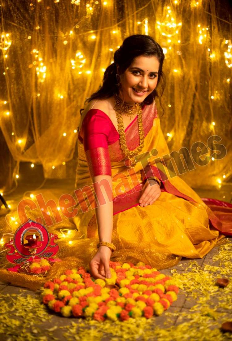 Spreading cheer and sending good wishes your way this #Deepavali is the beautiful and talented #RaashiKhanna.