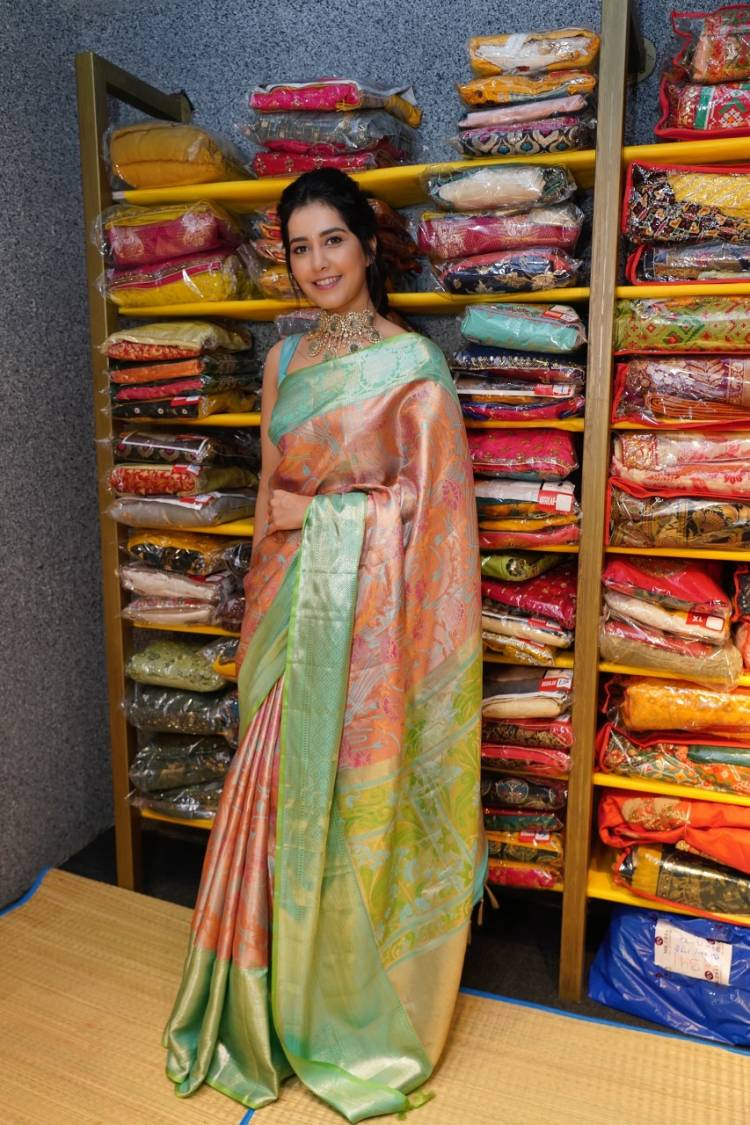 Actress #RaashiKhanna looks gorgeous in these pictures from the store opening function in Hyderabad today.