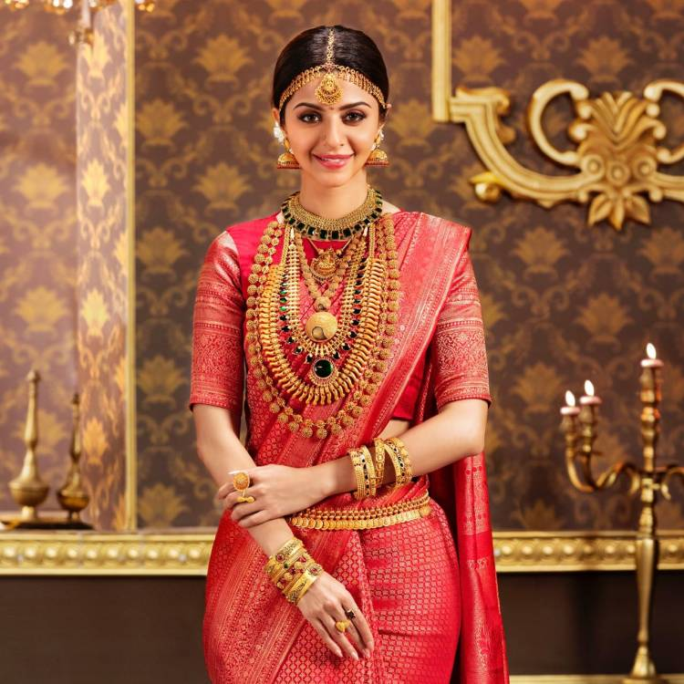The ever gorgeous #Vedhika looks regal in this traditional attire.