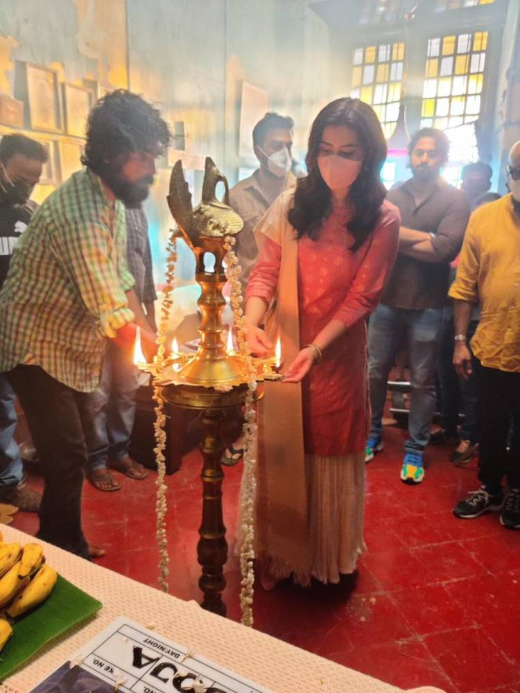 #Andhadhun Malayalam remake featuring @PrithviOfficial & @RaashiKhanna begins with an auspicious pooja today.