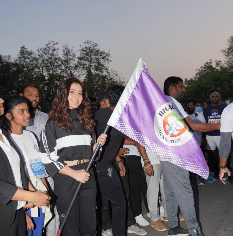 On the eve of Women's Day, Actress #RaashiiKhanna flags off a run for women's empowerment at the Hit Exhibition.