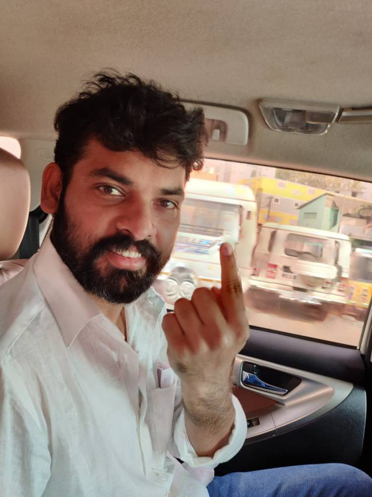 Actor @ActorVemal casted his vote for the 2021 Tamilnadu Assembly elections at Marthoma Matriculation Higher Secondary school virugampakkam