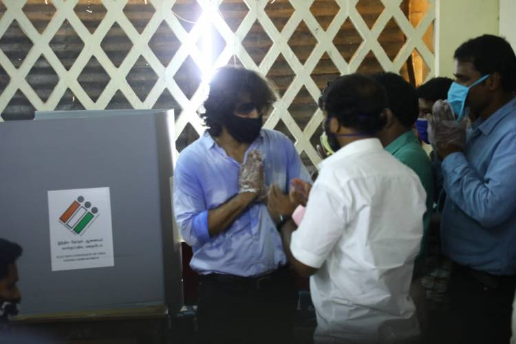 #ChiyaanVikram came by walk to cast his vote at the Besant Nagar polling booth today.